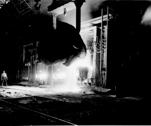 Photograph_of_a_Vat_of_Molten_Pig_Iron_Being_Poured_into_a_Open_Hearth_Furnace_at_the_Jones_and_Laughlin_Steel_Company,_Pittsburgh,_Pennsy_-_NARA_-_535922_(high_contrast).jpg